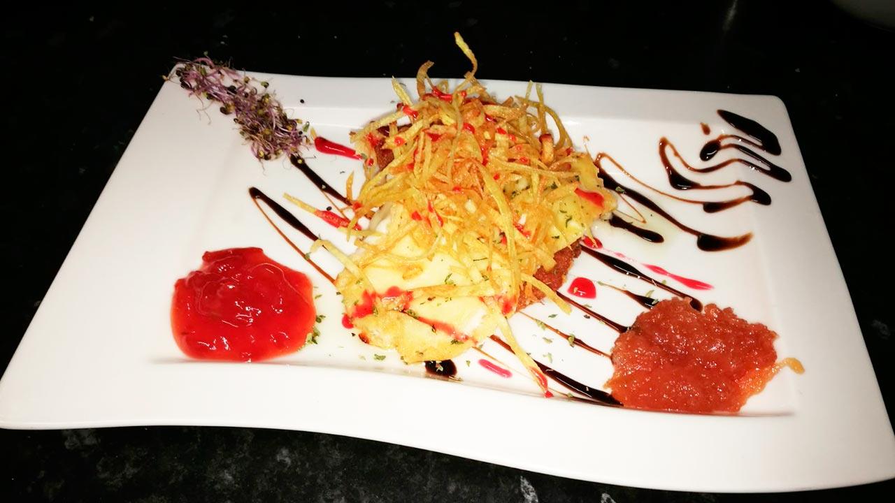 plato-provolone-en-dos-texturas-con-dulce-de-tomate